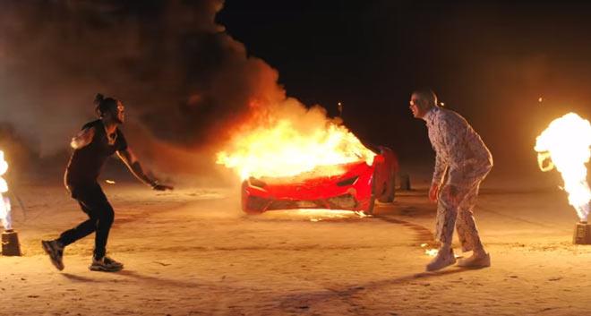 E l Alfa y Bad Bunny quemando un Lamborghini en La Romana